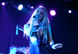 http://img261.imagevenue.com/loc40/th_430204710_52137_avril_lavigne_performing_live_in_moscow_5_121_122_40lo.jpg