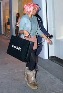 Ники Минаж, фото 140. Nicki Minaj and a friend out shopping in Beverly Hills 2-10-12, foto 140